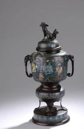 CHINE - Fin du XIXe ou début du XXe siècle.Deux brûle-parfums en bronze patiné