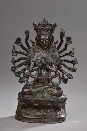 CHINE - Époque MING  (1368 - 1644).Statuette de Guanyin à dix-huit bras en bron