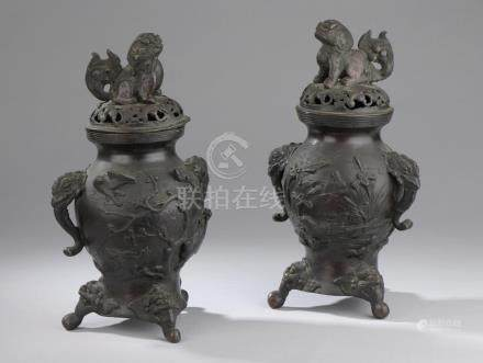 CHINE - Début du XXe siècle.Paire de brûle-parfums en bronze patiné noir surmon