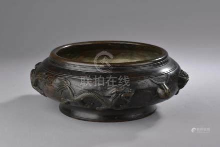 CHINE - XXe siècle.Coupe circulaire en bronze à patine noire (usures) à décor d
