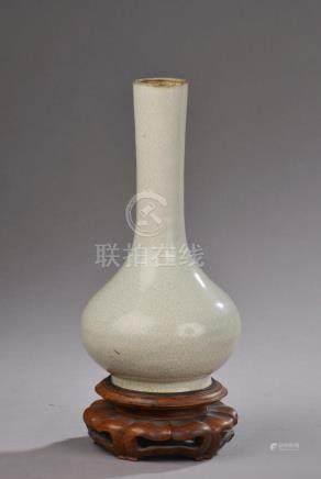 CHINE - XIXe siècle.Vase bouteille en grès émaillé beige craquelé (égrenures au