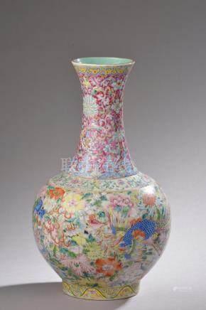 """CHINE - XIXe siècle.Vase de forme """"Shangping"""" en porcelaine émaillée polychrome"""
