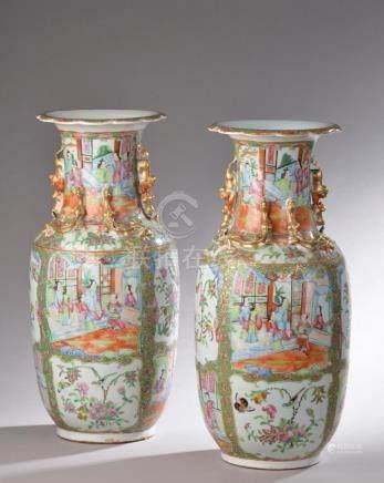 CHINE - XIXe siècle.Paire de vases balustres à col évasé en porcelaine émaillée