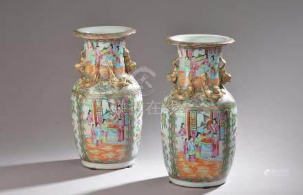 CHINE, Canton - XIXe siècle.Paire de vases balustre à col évasé en porcelaine é
