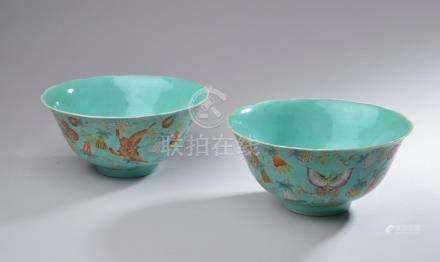 CHINE - XIXe siècle.Paire de bols en porcelaine émaillée turquoise, décorée en