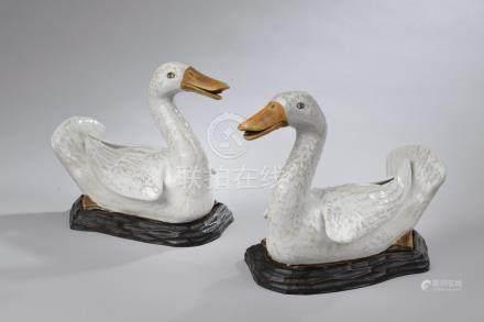 CHINE - XIXe siècle.Paire de canards en porcelaine émaillée blanc et caramel. S