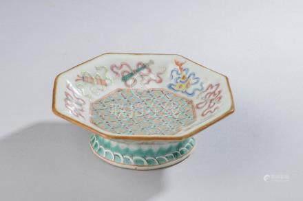 CHINE - Fin du XIXe siècle.Coupe octogonale sur talon en porcelaine à décor éma