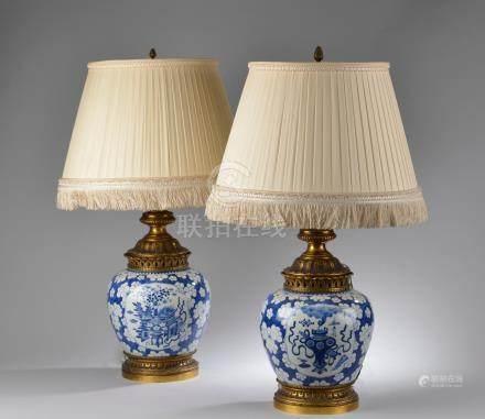 CHINE - XIXe siècle.Paire de pots à gingembre en porcelaine bleu blanc à décor