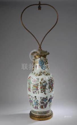 CHINE, Canton - XIXe siècle.Vase de forme balustre en porcelaine émaillée polyc