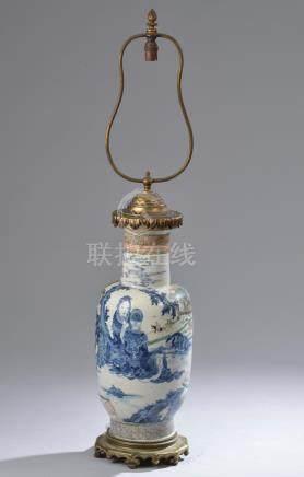 CHINE - XIXe siècle.Vase balustre en porcelaine bleu blanc à décor représentant