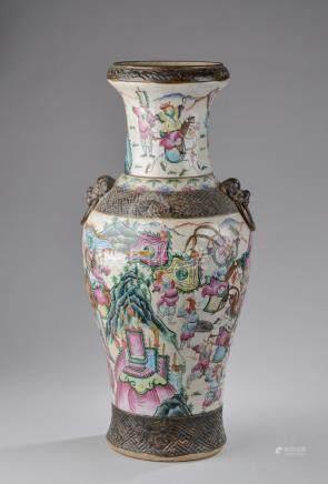 CHINE, Nankin - Fin du XIXe siècle.Grand vase balustre en faïence craquelée à d
