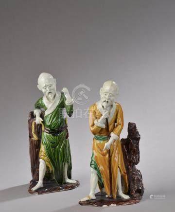 CHINE - XIXème siècle. Deux statuettes en porcelaine émaillée sancaï figurant S