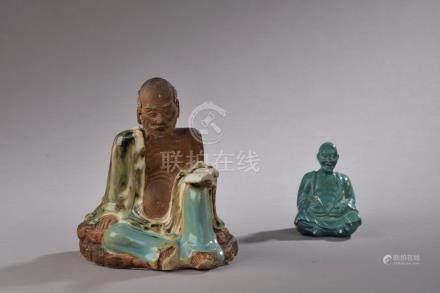 CHINE - XIXe siècle.Statuette de Luohan assis, un livre à la main en grès parti