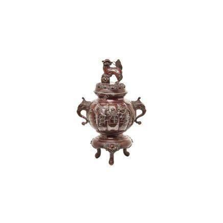 Incensario chino en bronce patinado con decoración de aves en relieve, elefantes en los laterales