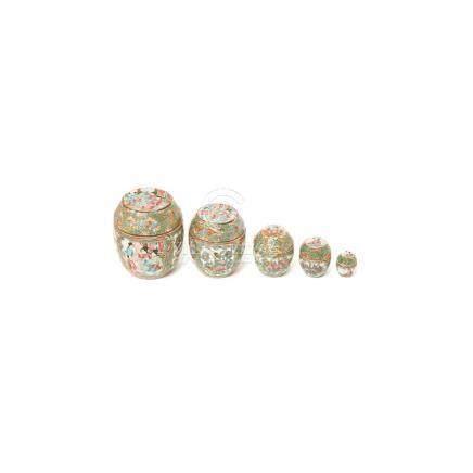 Juego de cinco tibores en porcelana china de Cantón con decoración de escenas cortesanas en cartelas