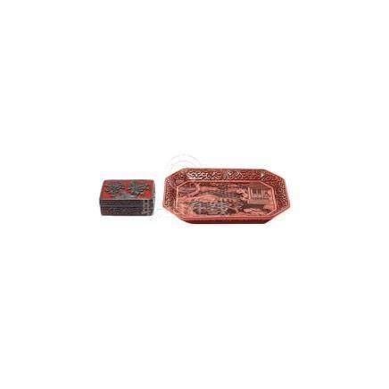 Lote de caja y bandeja chinas en laca roja tallada con decoración paisajística y floral, segunda