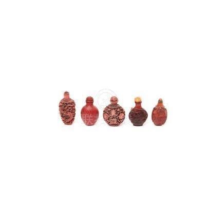 Lote de cinco tabaqueras chinas en laca roja y resina tallada con decoración floral, de