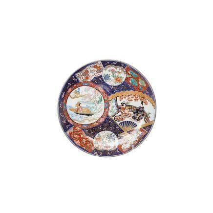 Gran plato en porcelana china con decoración floral y de personajes, mediados del s.XX. Marcas al