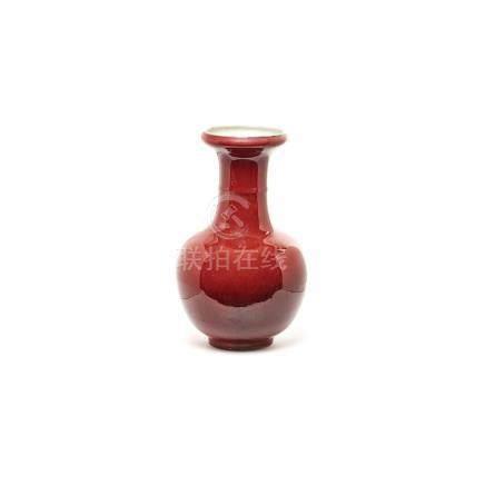 """Jarrón en porcelana china """"sang de boeuf"""", primera mitad del s.XX. 41 x 24 cm."""