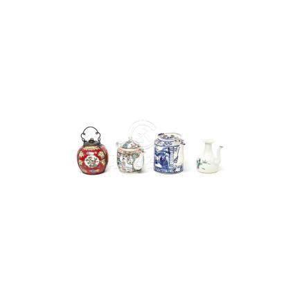 Lote de dos teteras, aceitera y depósito de pipa en porcelana china, una de Cantón, con decoración