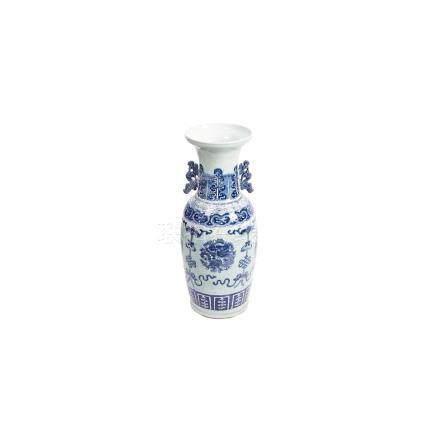 Jarrón en porcelana china azul y blanca con decoración de dragones y aves Fénix sobre peana en