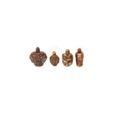 Lote de cuatro tabaqueras chinas en resina y carey con decoración floral, de aves y dragones, c.