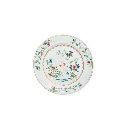 Plato en porcelana china de Compañía de Indias, Familia Rosa, con decoración floral. Dinastía