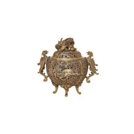Incensario chino, dinastía Qing, en bronce flanqueado por aves Fénix con decoración calada y de