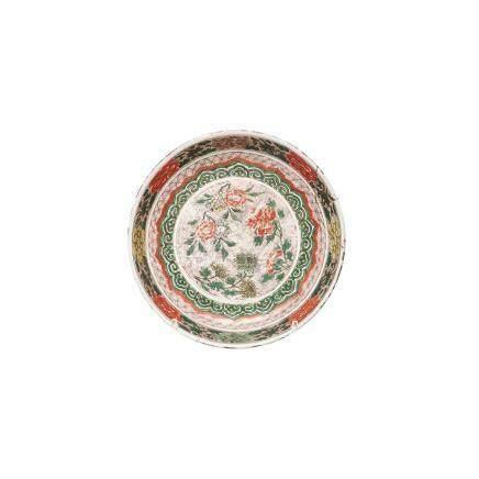 """Plato en porcelana china """"Swatow"""" con decoración """"Wucai"""" de motivos florales. Dinastía Ming"""