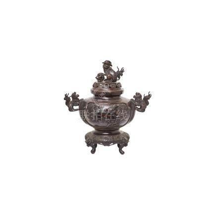 Incensario chino en bronce patinado con decoración floral y de aves en relieve, flanqueado y