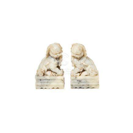 Leones Foo. Pareja de figuras chinas en alabastro, segunda mitad del s.XX. 18,5 x 11,5 x 7 cm. c/u.