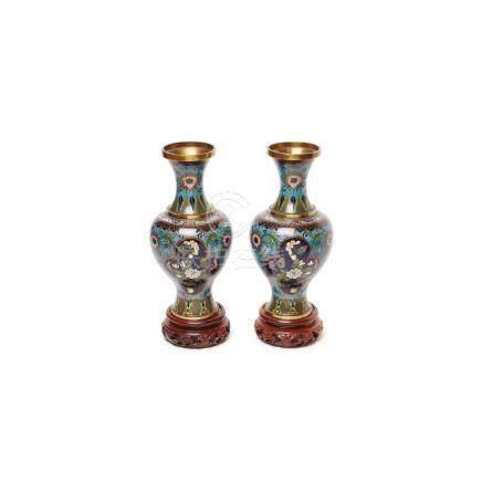 Pareja de jarrones chinos en bronce y esmalte cloisonné con decoración floral sobre peana en madera,