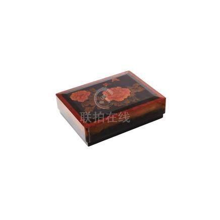 Caja china en madera lacada con decoración floral, mediados del s.XX. 8,5 x 32,5 x 25,5 cm.