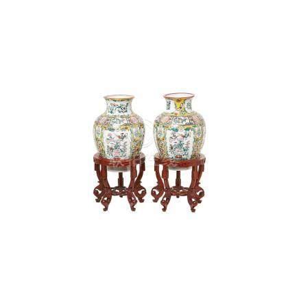 Pareja de jarrones en porcelana china de Cantón con decoración floral sobre peana en madera, segunda