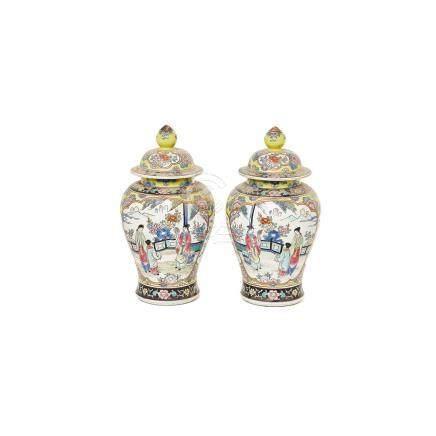 Pareja de tibores en porcelana china con decoración de personajes y motivos florales, mediados del
