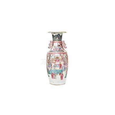 Jarrón en porcelana china Familia Rosa con decoración de escenas cortesanas y motivos florales,