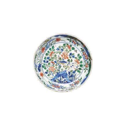 """Plato en porcelana china """"Swatow"""" con decoración """"Wucai"""" de motivos florales y pavo real. Dinastía"""