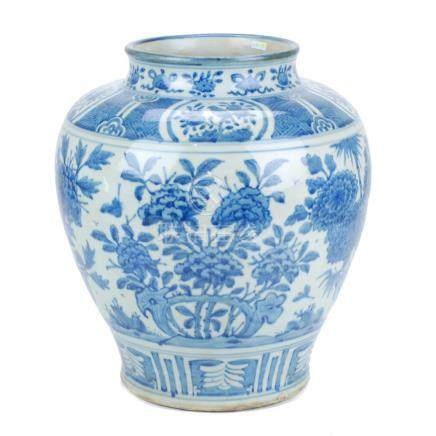 CHINESE PORCELAIN JAR, 19TH – 20TH CENTURY.