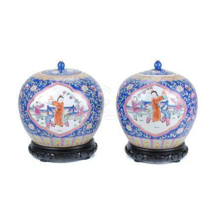 PAIR OF CHINESE PORCELAIN JARS WITH LID, 20TH CENTURY