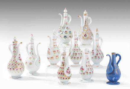 Lot: 10 Beykoz Kannen mit StöpselTürkei, 19.Jh. Opakweisses und -blaues Glas. Birnenförmiger