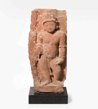 ReliefIndien. Geflammter roter Sandstein. Stehende Gottheit. H 54, B 25 cm.