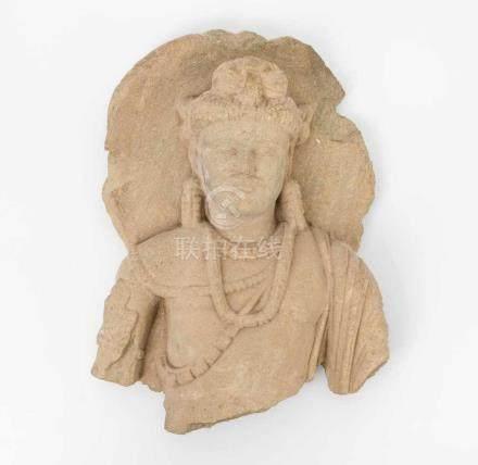 BodhisattvaGandhara, wohl 2./3.Jh. Hellgrauer Schiefer. Fragment einer Bodhisattva-Figur mit Nimbus.