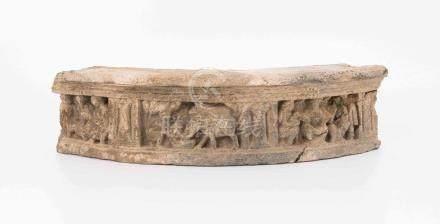 Fragment eines FriesesGandhara, wohl 2./3.Jh. Grauer Schiefer. Gerundetes Friesfragment mit