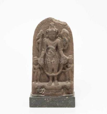 Kleine SteleIndien. Sandstein. Darstellung des stehenden Vishnu. H 22 cm. Montiert auf schwarzem