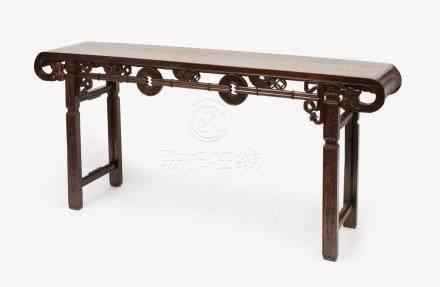 AltartischChina, 20.Jh. Hongmu. Lange, rechteckige und an den Enden eingerollte Rahmenplatte.