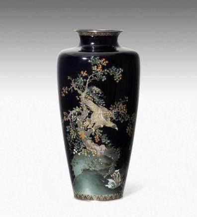 Cloisonné VaseJapan, Meiji-Zeit. Silber. Polychromer Dekor auf dunkelblauem Grund mit Darstellung