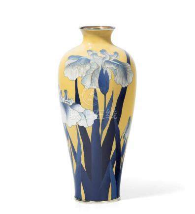 Cloisonné VaseJapan, späte Meiji-Zeit. Schwertlilien in Blau und Weiss auf gelbem Fond. H 30,5 cm.