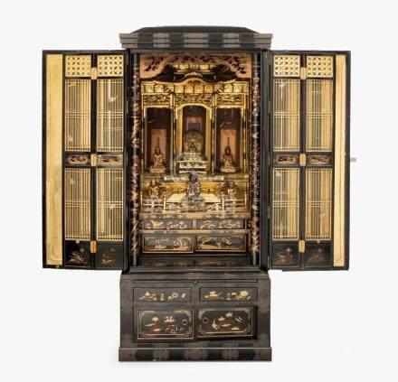 Buddhistischer Hausaltar (Butsudan)Japan, 20.Jh. Holz, schwarz lackiert und vergoldet. Frontal mit