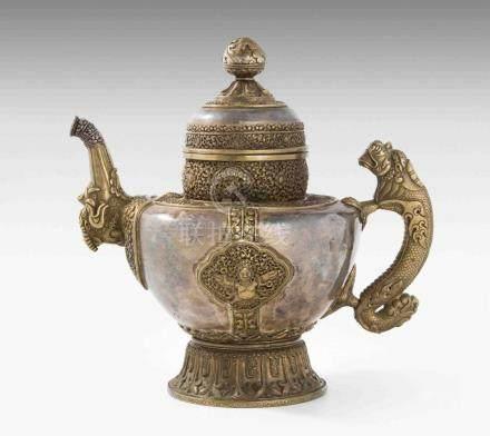 Grosse KanneTibet, 19.Jh. Kanne aus Silber mit fein ziselierten und duchbrochen gearbeiteten