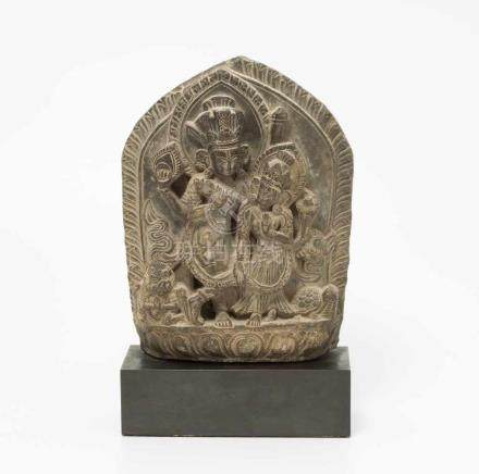 Kleine Stele Nepal, 16./17.Jh. Harter, grauer Stein, vermutlich Schiefer. Darstellung des